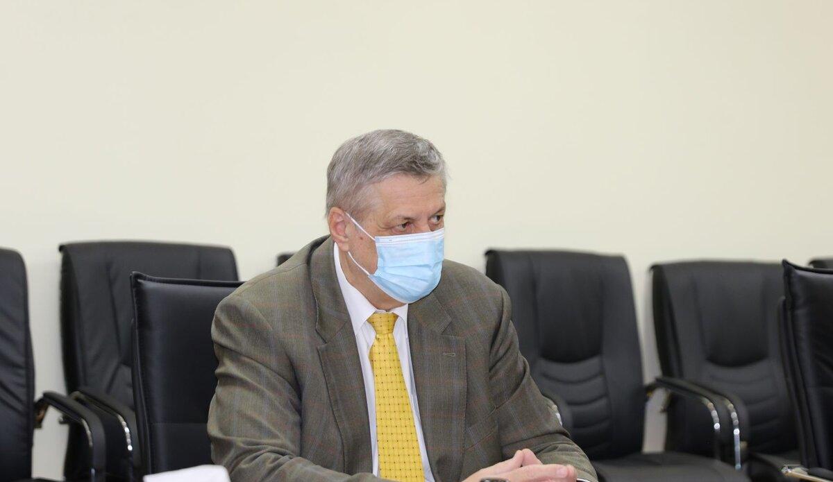 السيد كوبيش أثناء اجتماعه برئيس وأعضاء المجلس البلدي في مصراتة